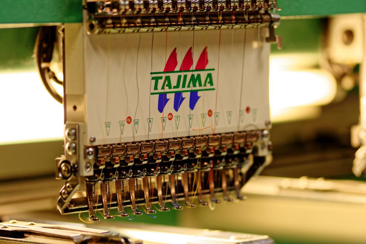 Tajima machine à broder. Faites personnaliser vos textiles avec une jolie broderie